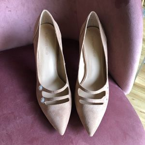 Who What Where nude faux suede button heel 7.5